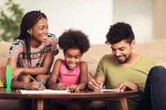 Mamma- och farsateckning med deras dotter fotografering för bildbyråer