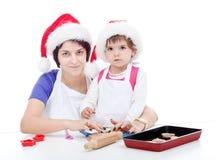 Mamma och hennes dotter som förbereder pepparkakan Arkivfoto
