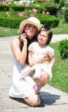 Mamma och hennes lilla dotter Arkivfoton
