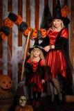 Mamma och liten dotter i halloween stil arkivbilder