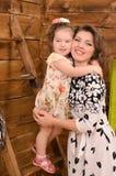 Mamma och liten dotter som omfamnar sig royaltyfri bild