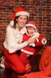 Mamma och liten son i festliga dresser för jul royaltyfri fotografi