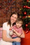 Mamma och liten son på julträdet royaltyfri foto