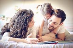 Mamma och pappa som läser mig berättelser varje morgon ballerina little Arkivfoton