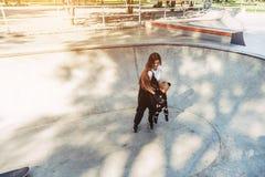 Mamma och pys som glatt omkring tillsammans rotera fotografering för bildbyråer