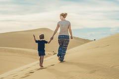 Mamma och son i öknen Resa med barnbegrepp arkivfoton