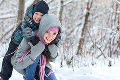 Mamma och son i vintern royaltyfria bilder