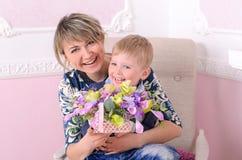 Mamma och son med korgen av blommor Arkivbild