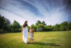 Mamma och son på naturen Arkivbilder