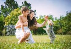 Mamma och son på naturen Arkivfoton