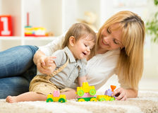 Mamma och son som hemma spelar kvarterleksaker Arkivbilder