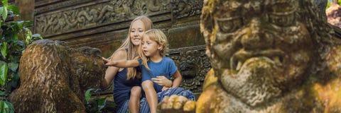 Mamma- och sonhandelsresande som upptäcker den Ubud skogen i apaskogen, Bali Indonesien Resa med barnbegreppsBANRET, lång forma arkivfoto