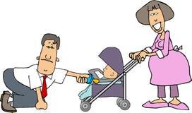 Mamma, Papa en een baby in een wandelwagen Stock Foto's