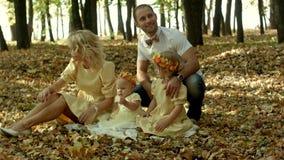 Mamma, papa en kinderen die pret in een opheldering hebben binnen stock footage