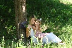 Mamma's en haar weinig dochter Stock Foto