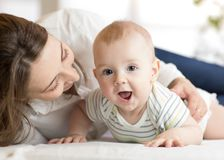 Mamma som älskar det nyfödda barnet Modern meddelar med henne behandla som ett barn Royaltyfri Foto
