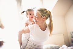 Mamma som bär mig på baksida ballerina little Arkivfoton