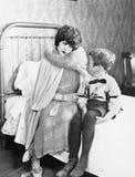 Mamma som har samtal med sonen på säng (alla visade personer inte är längre uppehälle, och inget gods finns Leverantörgarantier s arkivfoton