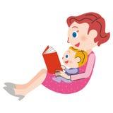 Mamma som läser en bok Royaltyfri Bild
