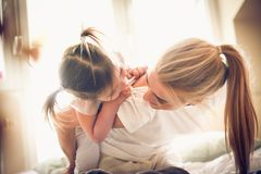 Mamma som spelar med mig varje morgon ballerina little fotografering för bildbyråer