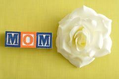 Mamma som stavas med alfabetkvarter Fotografering för Bildbyråer