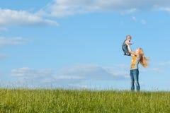 Mamma su una passeggiata con il suo bambino Fotografia Stock Libera da Diritti