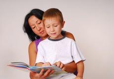 Mamma u. Sohn lesende acht Lizenzfreies Stockfoto