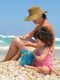 Mamma und ich auf einem schönen Strand Lizenzfreies Stockfoto