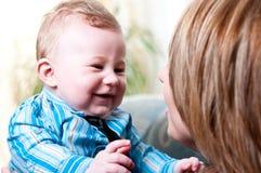 Mamma und ihr nettes, Baby.   lizenzfreies stockfoto