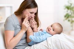 Mamma und Schätzchen lizenzfreie stockfotos