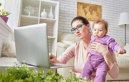 Mamma und Schätzchen lizenzfreie stockfotografie