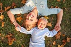 Mamma und Sohn auf Gras Lizenzfreie Stockbilder