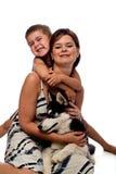 Mamma und Sohn, die mit sibirischem Schlittenhund aufwerfen. Stockfotografie