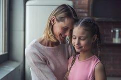 Mamma und Tochter lizenzfreie stockfotografie