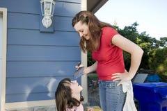 Mamma-und Tochter-Anstrich - horizontal Stockbild