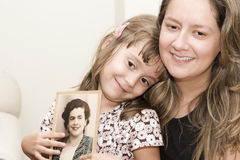 Mamma und Tochter, die alte Abbildung schauen Stockbilder