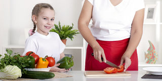 Mamma und Tochter, die zusammen kochen Lizenzfreie Stockfotografie