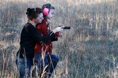 Mamma-und Tochter-Schießen Stockbild