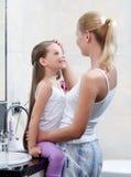 Mamma und Tochter sind im Badezimmer Lizenzfreie Stockbilder