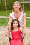 Mamma-und Tochter-Spielen Stockfoto