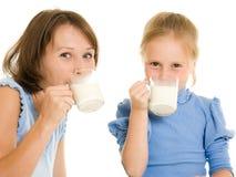 Mamma und Tochter trinken Milch. stockfotos