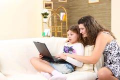 Mamma und Tochter verbringen Zeit zusammen Lizenzfreie Stockfotografie