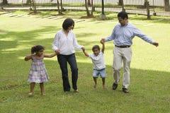 Mamma und Vati, die mit ihren Kindern gehen Lizenzfreies Stockfoto