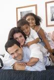 Mamma und Vati, die mit ihren Kindern gehen Lizenzfreie Stockfotografie