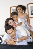 Mamma und Vati, die mit ihren Kindern gehen Stockbilder