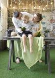 Mamma und Vati, die mit ihrer Tochter spielen Stockbilder