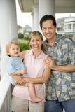 Mamma und Vati mit kleinem Jungen. Lizenzfreies Stockfoto