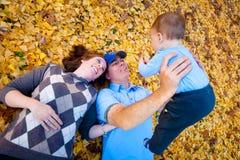 Mamma, Vati und Sohn, die draußen spielen Stockfotografie