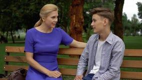 Mamma vertellende zoon over verhoudingen met meisjes, eerste ervaring, familievertrouwen royalty-vrije stock afbeeldingen