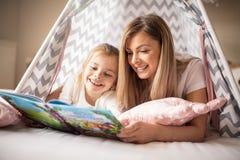 Mamma, wil ik u me een ander sprookje lezen stock afbeeldingen